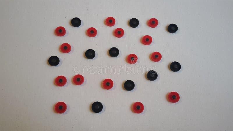 czerwone i czarne round postacie na białej kanwie fotografia royalty free