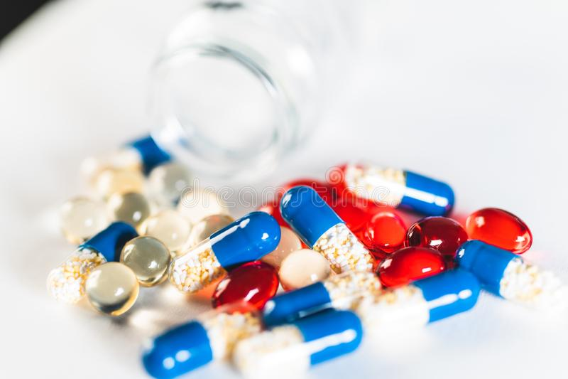 Czerwone i niebieskie tabletki lub kapsułki na białym tle z odstępem do kopiowania Recepta na leczenie Farmakopea obraz royalty free