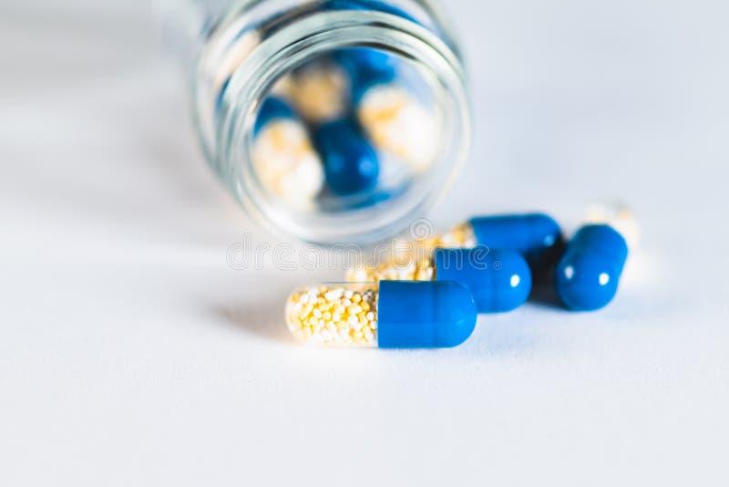 Czerwone i niebieskie tabletki lub kapsułki na białym tle z odstępem do kopiowania Recepta na leczenie Farmakopea zdjęcie stock