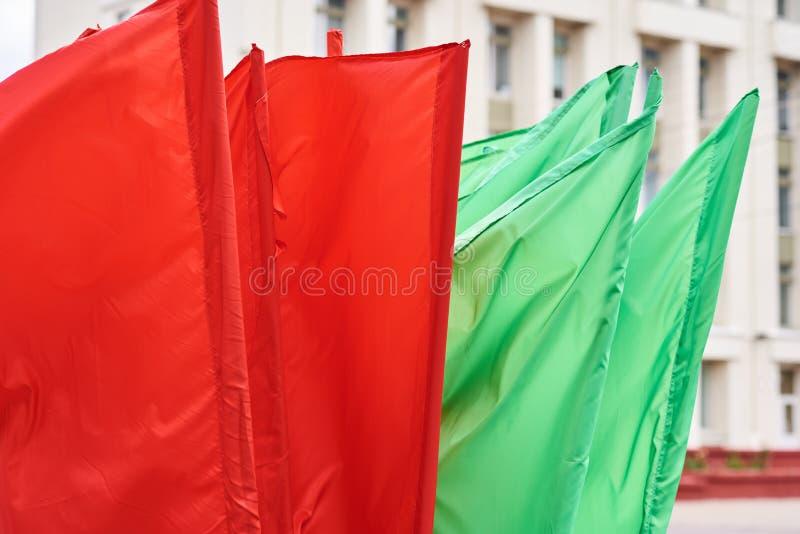 Czerwone i zielone flagi na flagach latających wiatrem zdjęcia stock