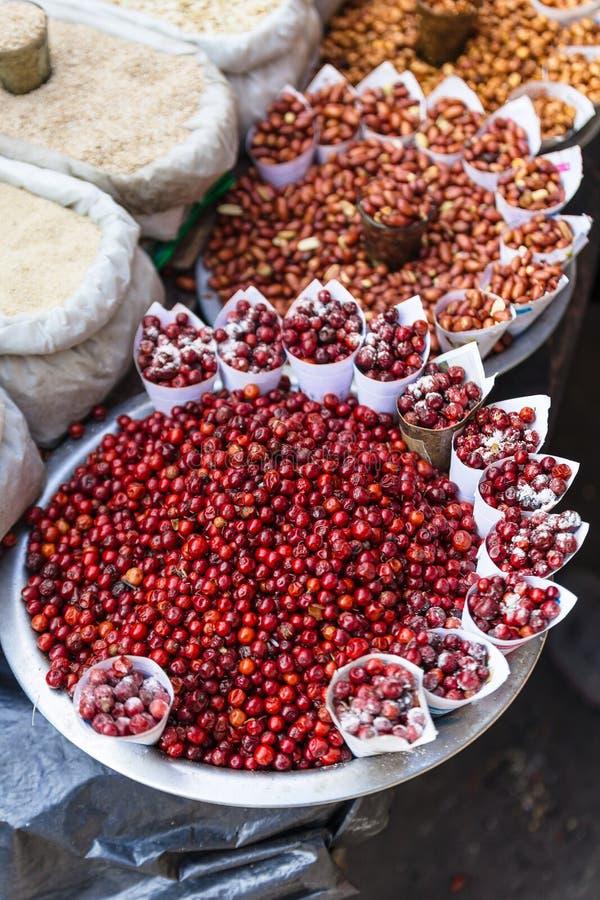 Czerwone jagody i Mieszający pożarniczy arachidy nakrywa z solą w papieru rożku przy ulicznym miejscowego rynkiem w Darjeeling in obrazy royalty free