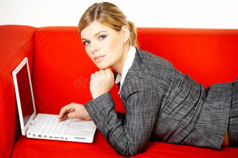 czerwone kanapy kobieta fotografia royalty free
