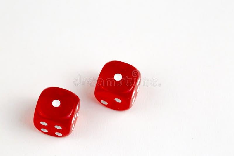 Czerwone kostki do gry odizolowywa? na bia?ym tle obrazy stock