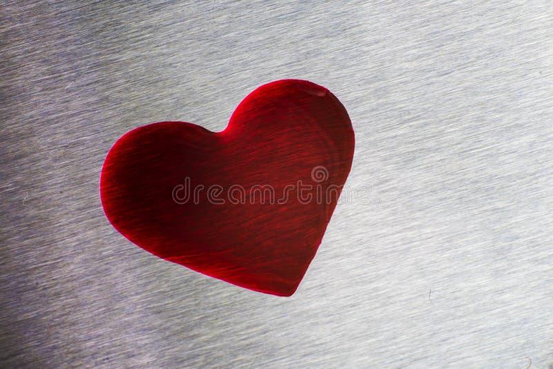 Czerwone krople w postaci serca Kruszcowa błękit powierzchnia, walentynka obrazy royalty free