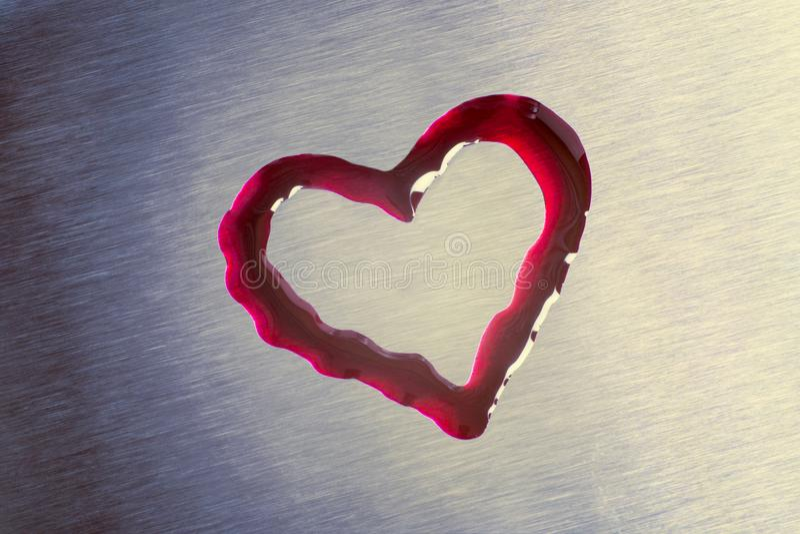 Czerwone krople w postaci serca Powierzchnia jest kruszcowa valenti zdjęcie stock