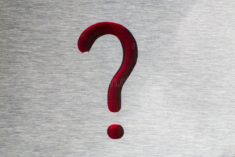 Czerwone krople w postaci znaka zapytania Powierzchnia jest metalli obraz stock