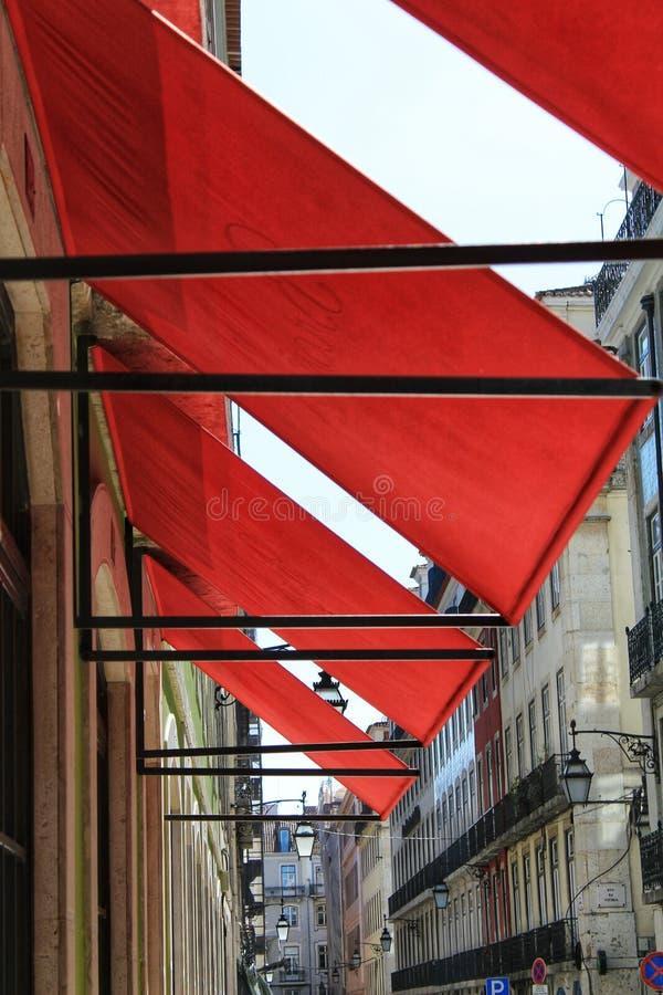 Czerwone markizy w ulicach Lisbon obraz royalty free