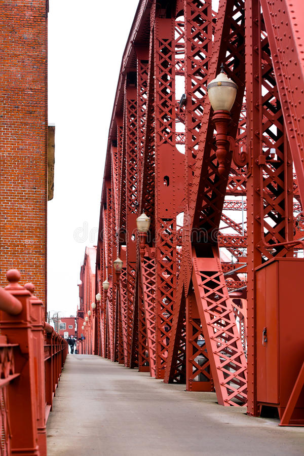 Czerwone metal struktury łączyli nitu Broadway mostem obraz stock