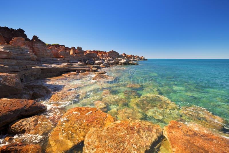 Czerwone nabrzeżne falezy przy Gantheaume punktem, Broome, Australia fotografia royalty free