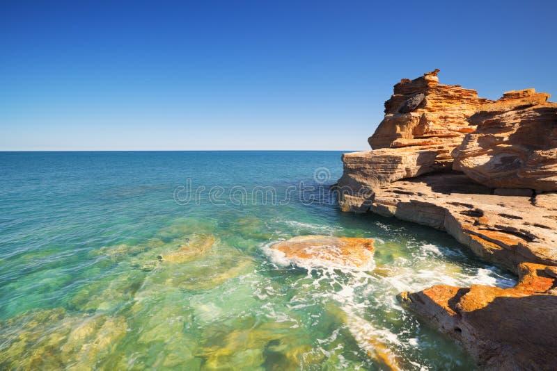Czerwone nabrzeżne falezy przy Gantheaume punktem, Broome, Zachodni Australi zdjęcie royalty free