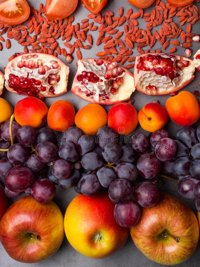 czerwone owoc bogata witamina i berrys, resveratrol, astaxanthin przeciwutleniacze jedzenie, zako?czenie w g?r? fotografia stock