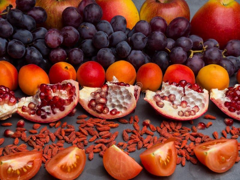 czerwone owoc bogata witamina i berrys, resveratrol, astaxanthin przeciwutleniacze jedzenie, zako?czenie w g?r? zdjęcia royalty free