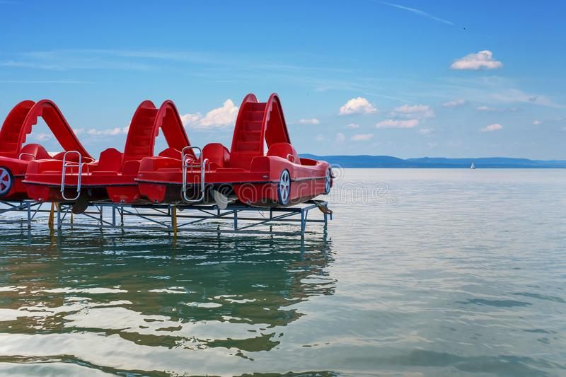 Czerwone paddle łodzie przy jeziornym Balaton w Węgry obraz royalty free