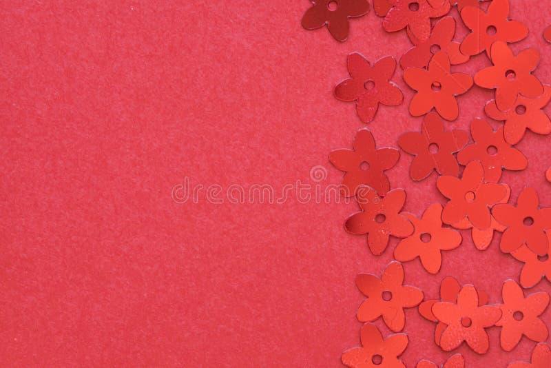 Czerwone palety w postaci kwiat?w na czerwonym tle obrazy royalty free