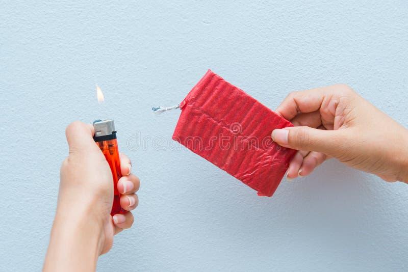 Czerwone petardy i zapalniczka w ręce zdjęcie royalty free