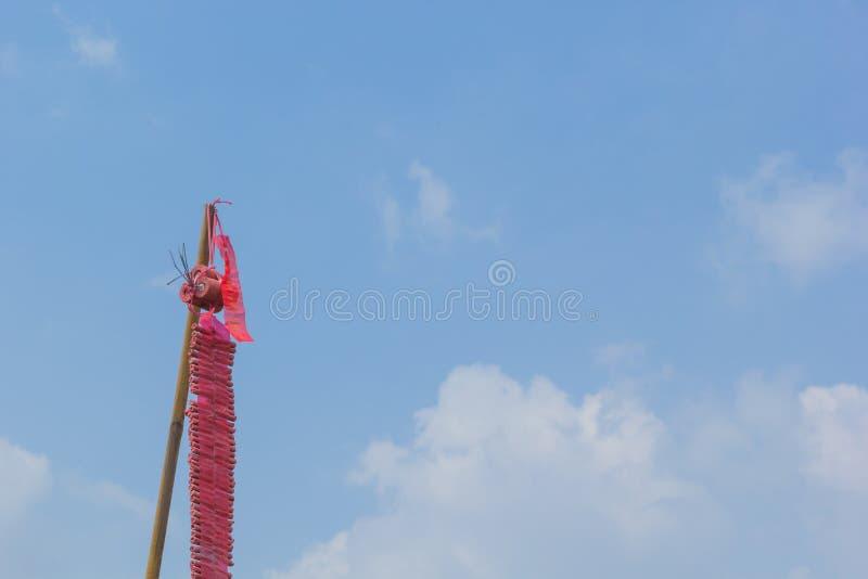 Czerwone petardy na niebieskim niebie obrazy royalty free