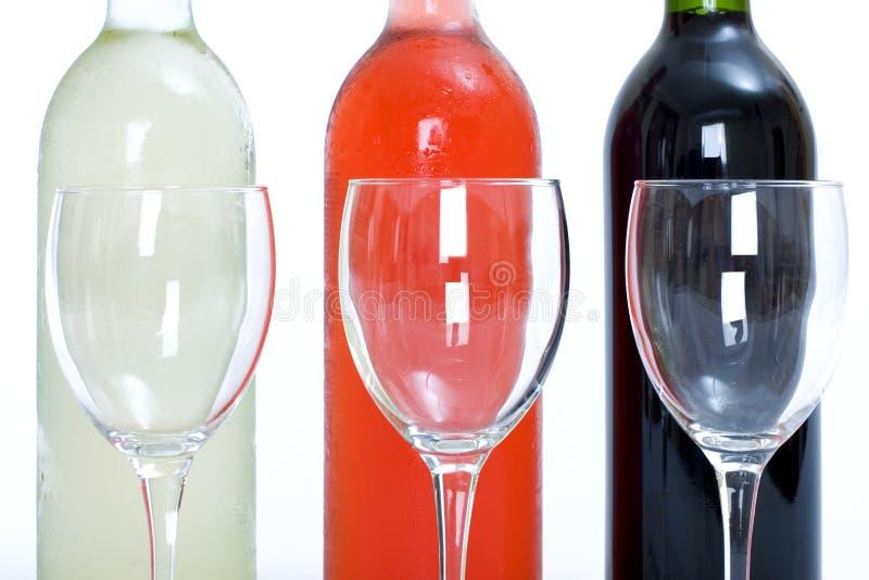 czerwone róże butelek kieliszków białego wina fotografia royalty free