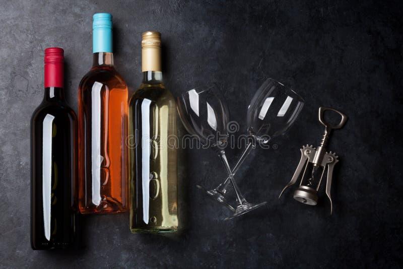 czerwone róże butelkę białego wina zdjęcia stock