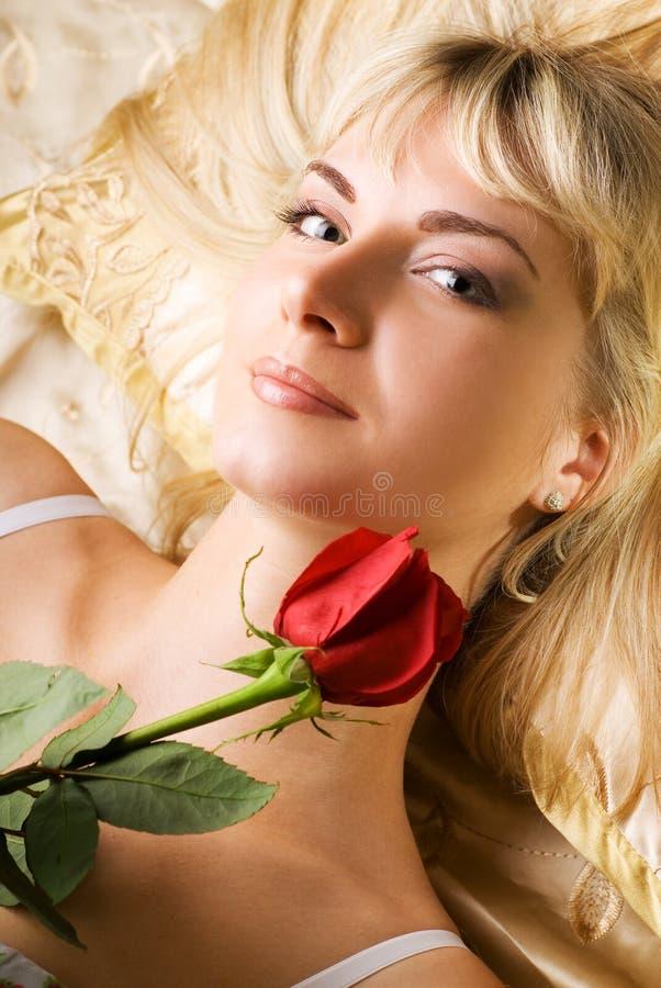 czerwone róże kobiecie zdjęcie stock