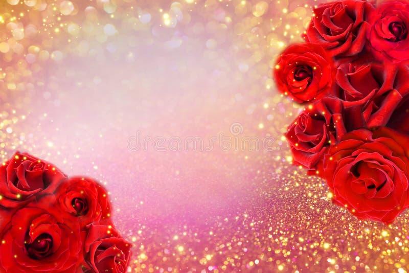 Czerwone róże kwitną granicę na miękkim złocistym błyskotliwości tle dla valentine lub zaproszenia ślubnej karty fotografia stock