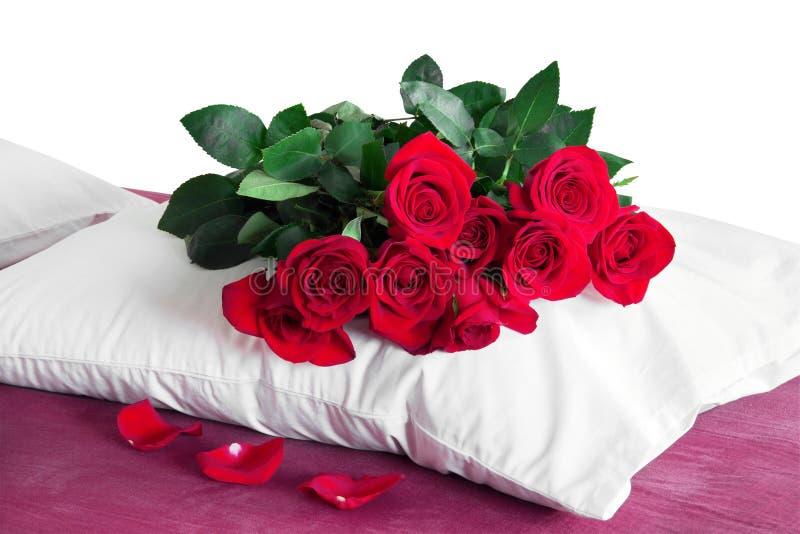 Czerwone róże na białej poduszce obraz stock