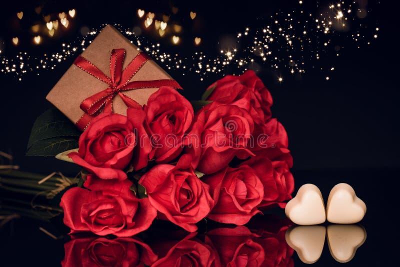 Czerwone róże, prezent w pudełku i serce, kształtowali czekoladę fotografia royalty free