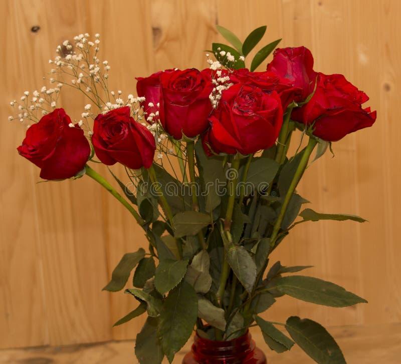Czerwone róże z drewnianym tłem fotografia royalty free