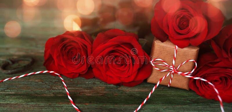 Czerwone róże z małym prezentem obraz royalty free