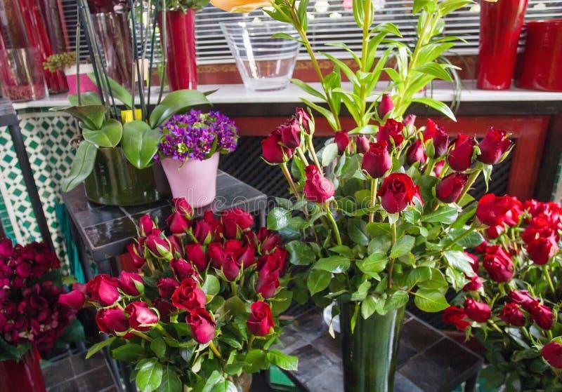 czerwone r??e w sklepie zdjęcie royalty free