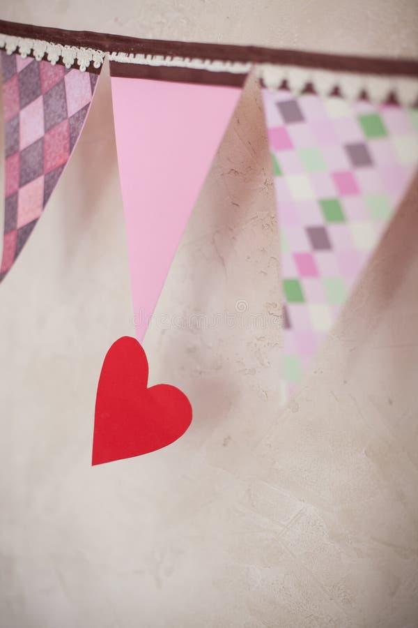 Czerwone serca i menchii etykietki od papieru zdjęcia stock