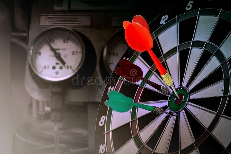 Czerwone strzałki wtykają na dartboard centrum poprawnym celu zdjęcie stock