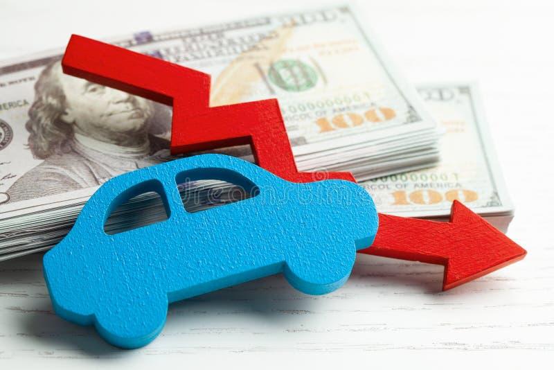 Czerwone strzałkowate grafika zestrzelają na tle samochód i stercie pieniądze gotówki dolary Pojęcie spada samochodu rynek, ubezp obrazy stock