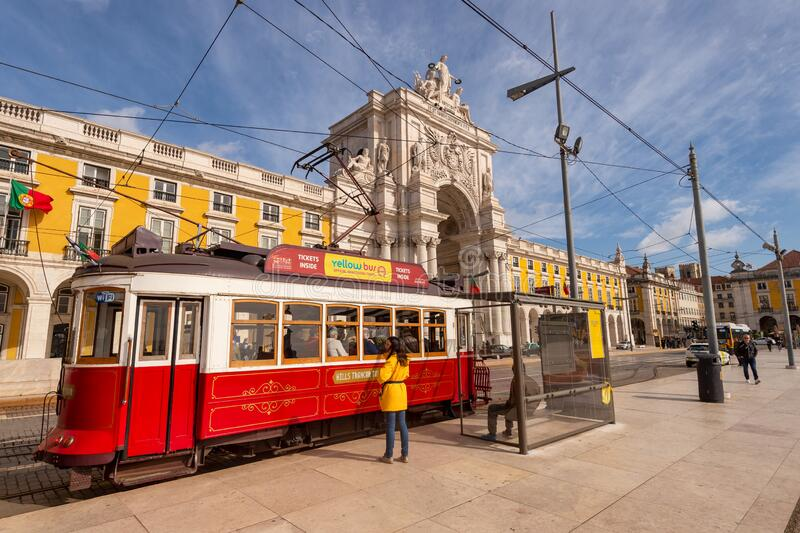 Czerwone tramwaje w Lizbonie, Portugalia zdjęcia stock