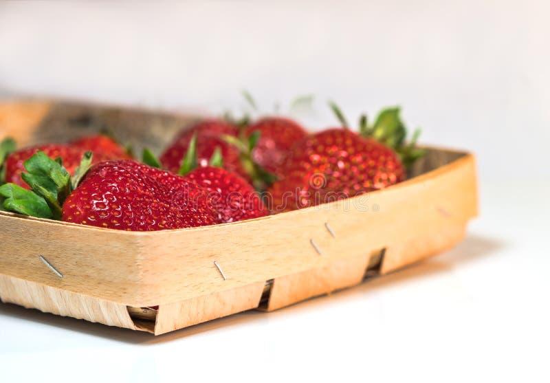 Czerwone truskawki k?a?? na stole zdjęcie stock