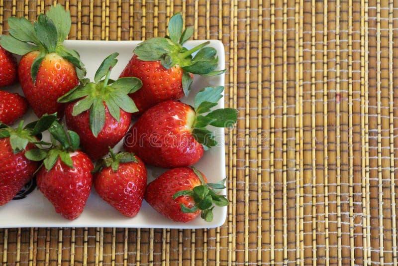 Czerwone truskawki na bielu talerzu obrazy royalty free