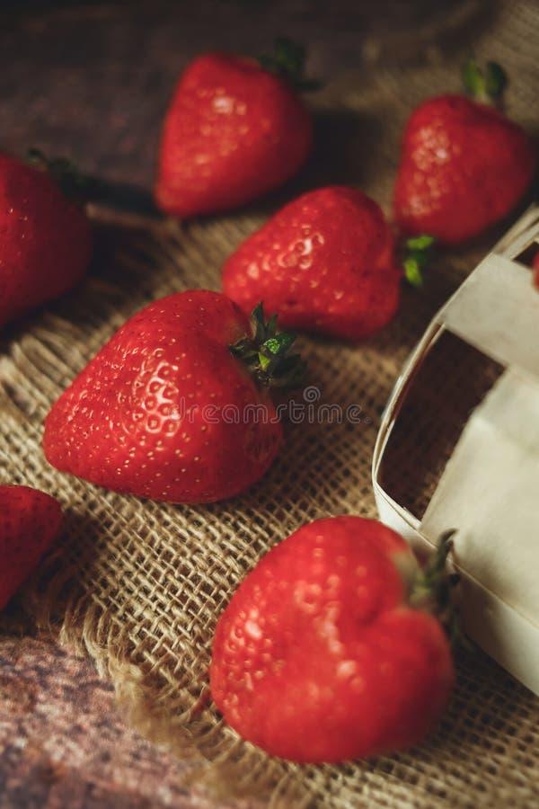 Czerwone truskawkowe jagody w w górę eco stylu obrazy stock