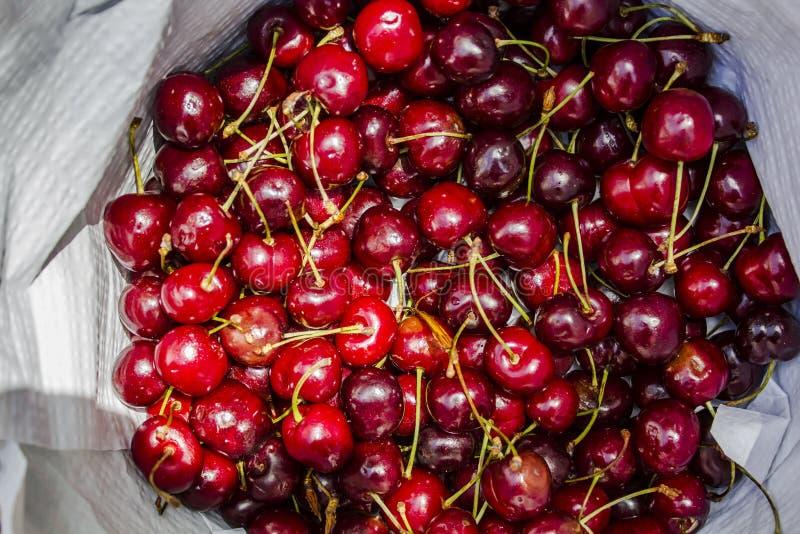 Czerwone wiśnie owoc, odgórny widok obraz royalty free