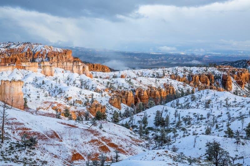 Czerwone wieże piaskowca Bryce Canyon, Cedar Breaks pod świeżym śniegiem w Utah fotografia stock