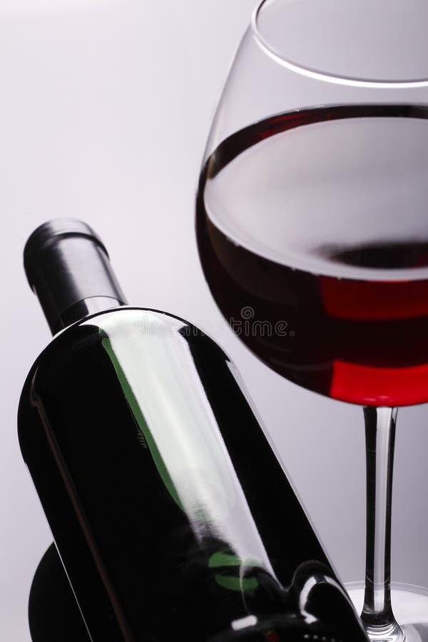 Czerwone Wino butelka i szkło obraz stock