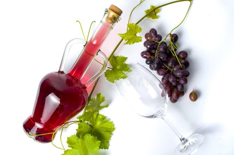 Czerwone wino i świeży winogrono na bielu zdjęcia royalty free