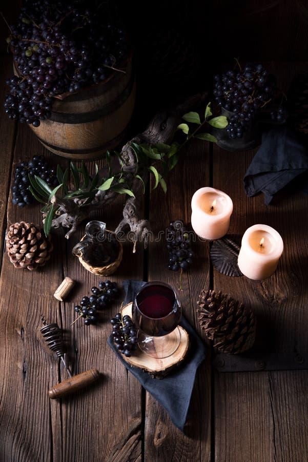 Czerwone wino od baryłki z winogronami i szkłem wino zdjęcie royalty free
