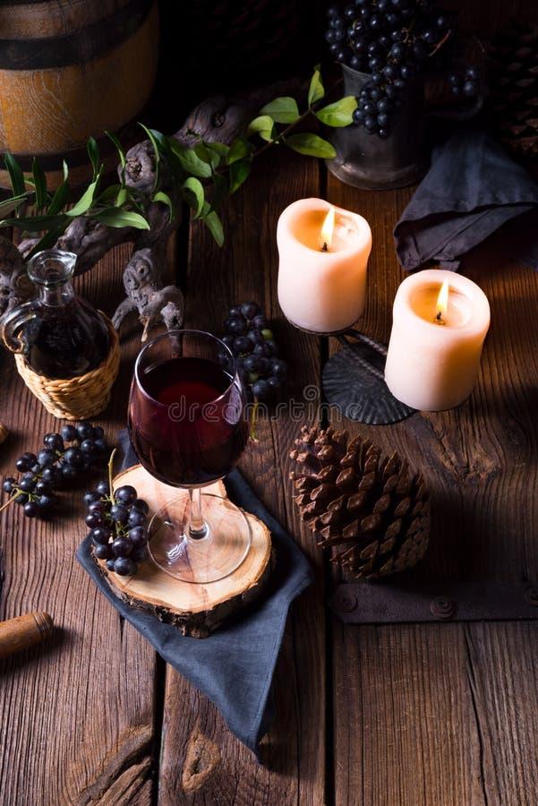 Czerwone wino od baryłki z winogronami i szkłem wino obraz stock