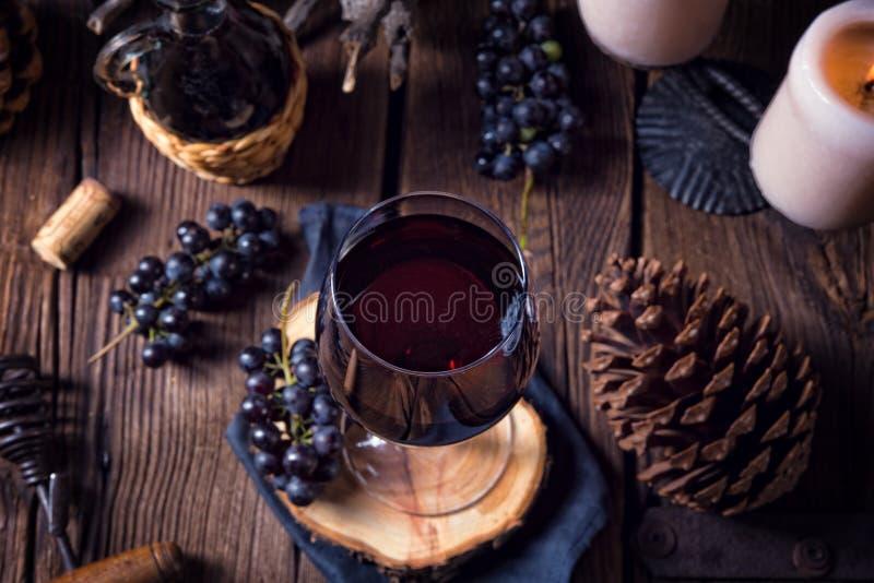 Czerwone wino od baryłki z winogronami i szkłem wino zdjęcia royalty free