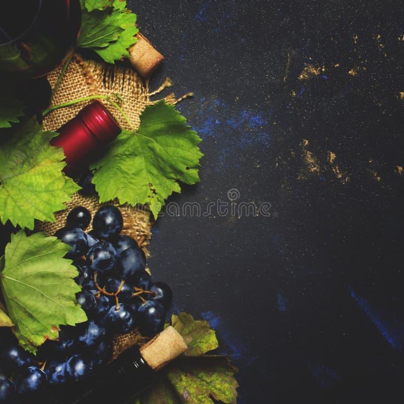 Czerwone wino od gronowych rozmaitość Cabernet, Sauvignon -, czarny jedzenia bac zdjęcie stock