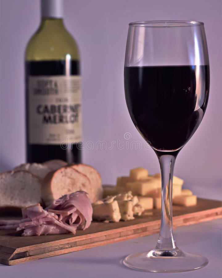 Czerwone wino, ser, baleron i chleb, zdjęcie stock
