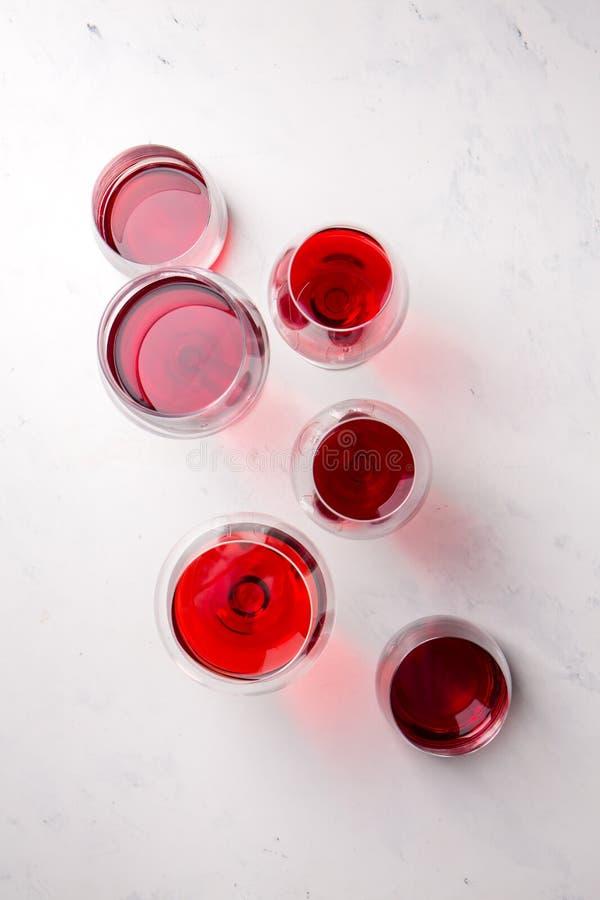 Czerwone wino w różnych okularach, widok z góry zdjęcia royalty free