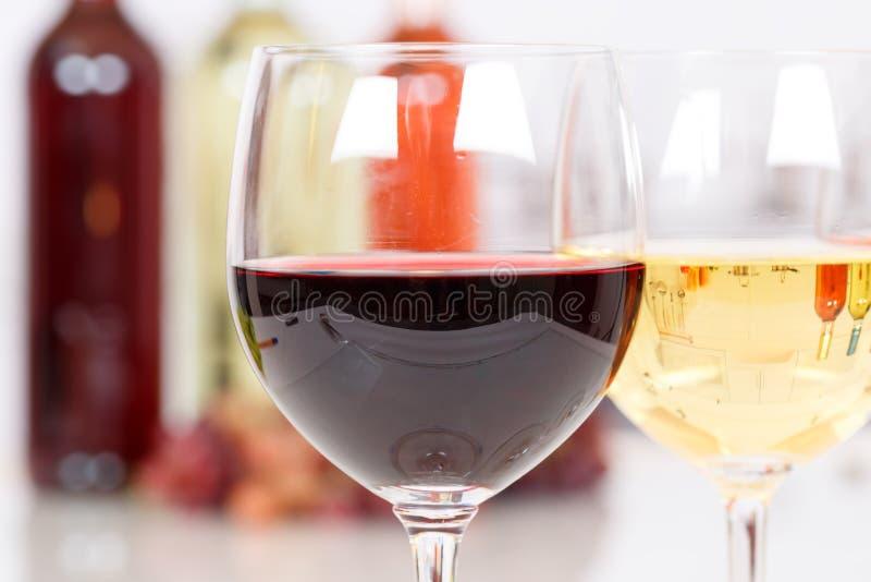 Czerwone wino w szklanej butelce obrazy royalty free