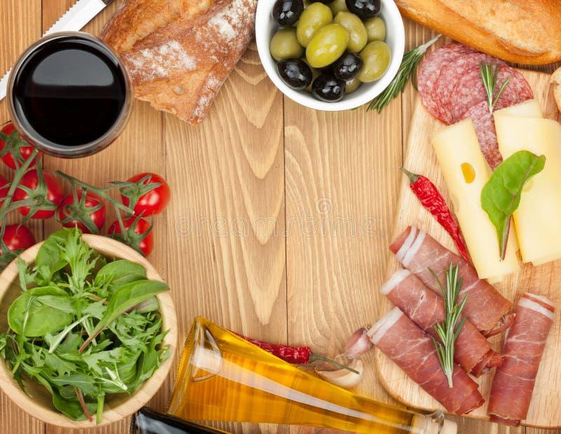 Czerwone wino z serem, oliwki, pomidory, prosciutto obrazy royalty free