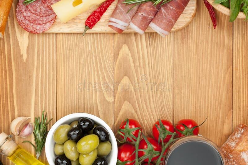 Czerwone wino z serem, oliwki, pomidory, prosciutto obraz royalty free