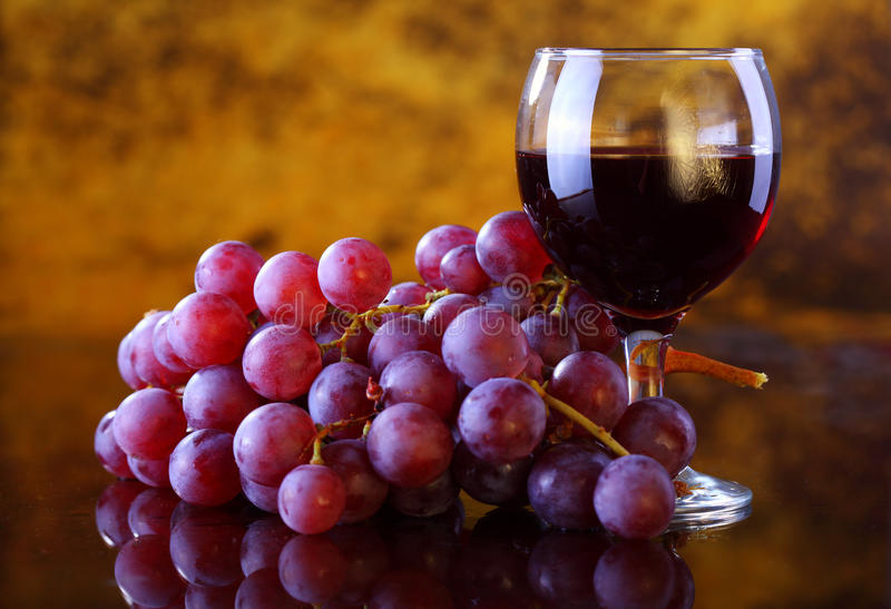 Czerwone wino z winogronem zdjęcia stock